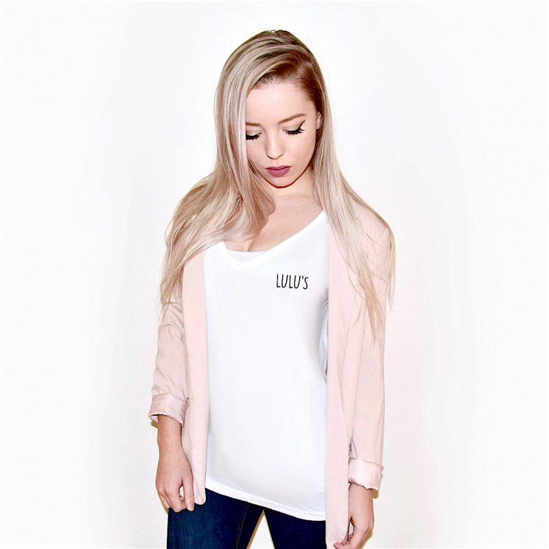 Wit v-hals shirt met opdruk vrouwelijk silhouette